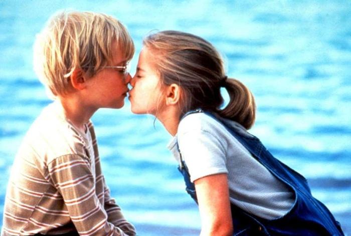 Трогательный детский поцелуй. Актеры: Анна Кламски, Маккалей Калкин.