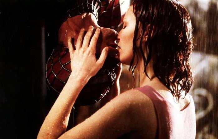 Волнующий поцелуй. Актеры: Кирстен Данст, Тоби Макгвайер.