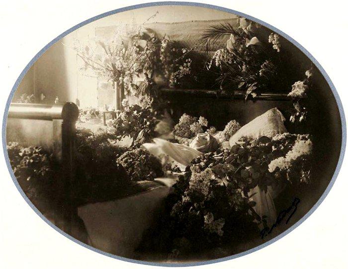 Сара Бернар в гробу. | Фото: kolybanov.livejournal.com.