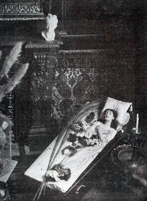 Сара Бернар любила отдыхать в гробу. | Фото: liveinternet.ru.