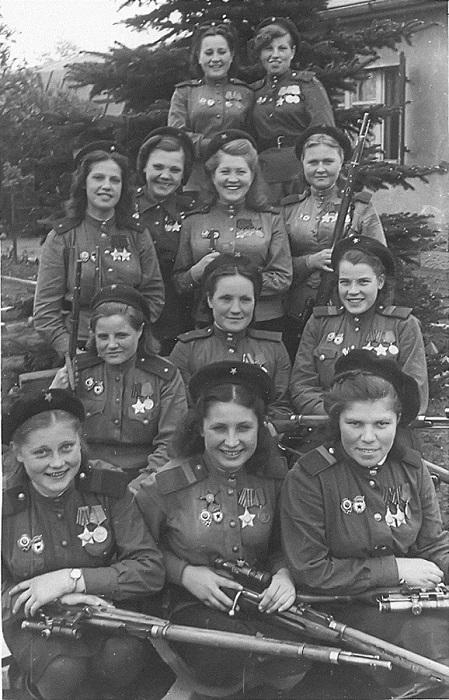 Девушки-снайперы 3-й ударной армии, 1-й Белорусский фронт. 4 мая 1945 года. | Фото: top-antropos.com.
