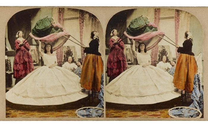 Процедура одевания девушки в середине 18 века.