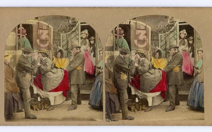 Женщина в кринолине заходит в транспорт.