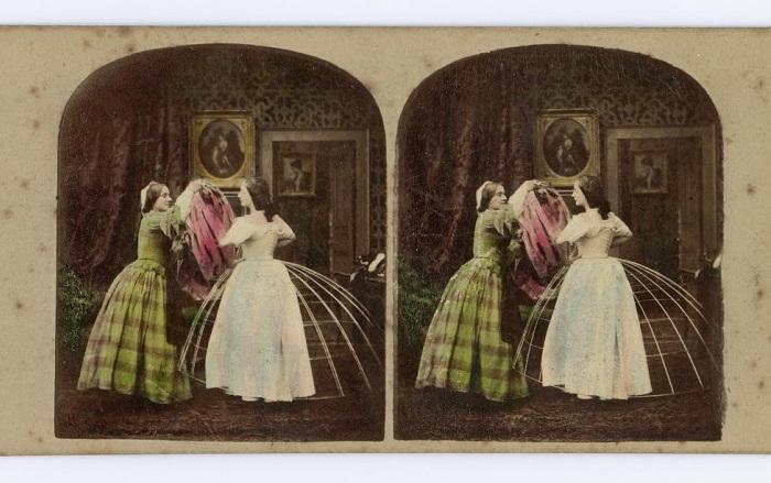Стереокарта, изображающая процесс надевания платья на кринолин.