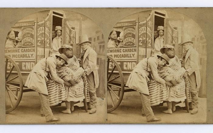 Саркастический сюжет, отображающий процедуру препровождения дамы в кринолине в транспортное средство.