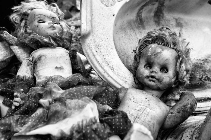 Души кукол: жуткие фотографии брошенных игрушек.