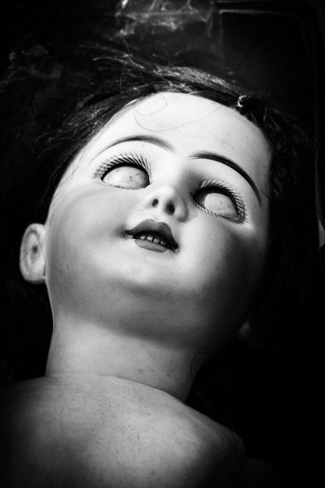 Снимок куклы с жутким выражением лица.