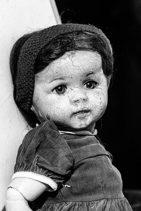 Брошенная старая кукла.