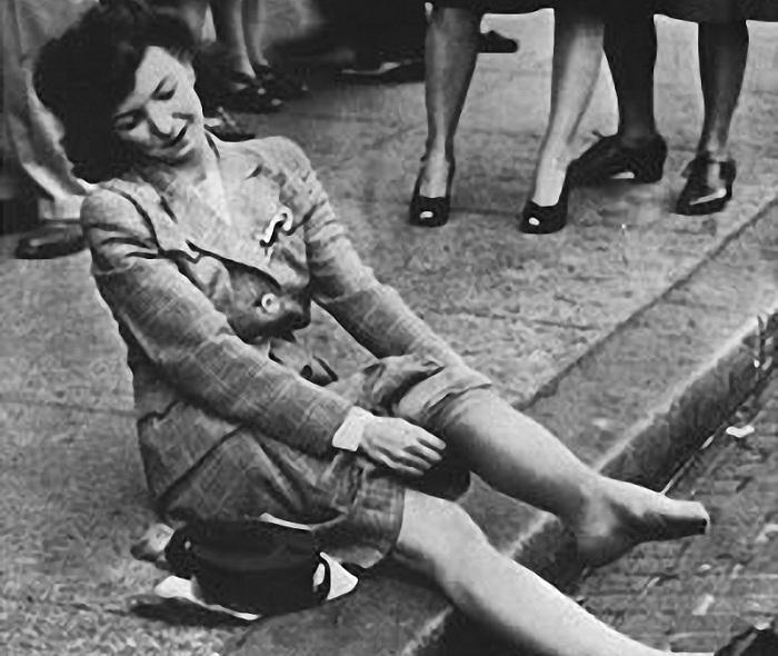 Во времена Второй мировой войны американкам ходить без чулок было неприлично. | Фото: diddlybop.ru.