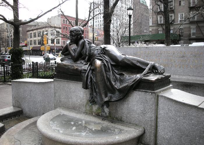 Статуя в память об  Иде и Исидоре Штраусах, погибших в крушении «Титаника». Скульптор Генри Лукман (1913). Моделью для нимфы была Одри Мэнсон. | Фото: en.wikipedia.org.