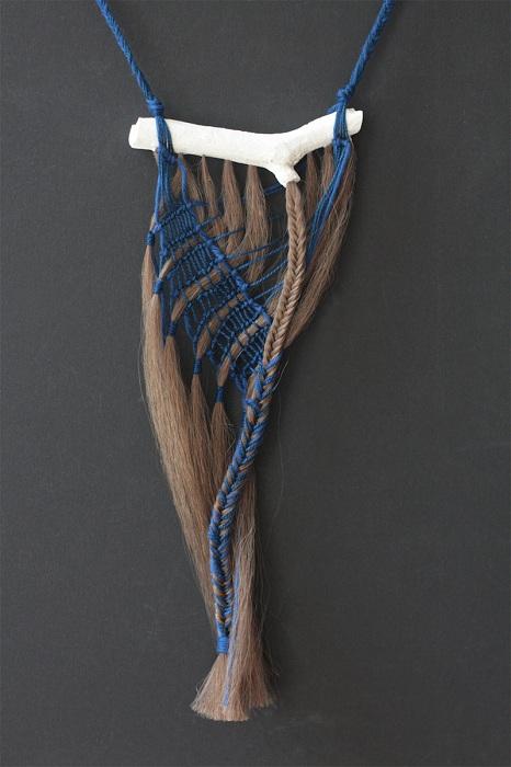Стильный аксессуар из настоящих волос.