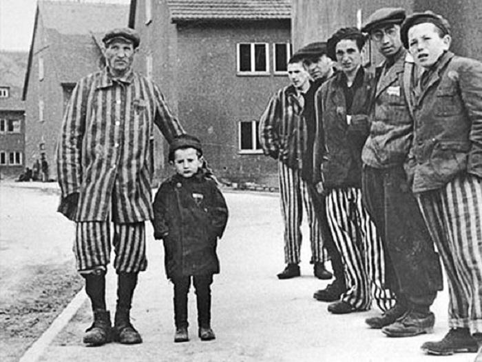 Юзеф Янек Шляйфштайн с отцом и другими выжившими заключенными концлагеря. | Фото: 1.bp.blogspot.com.