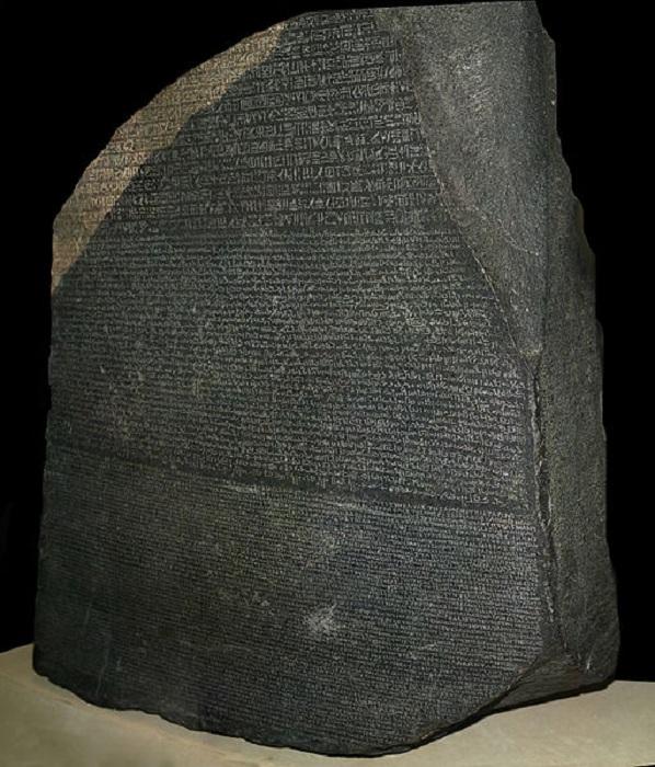 Розеттский камень, ставший ключом к расшифровке египетских иероглифов. | Фото: thevintagenews.com.