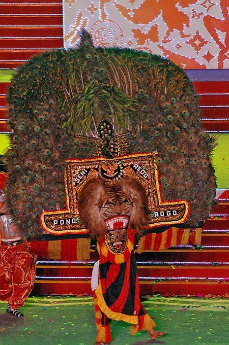 Танцор с маской, которая весит более 60 кг.