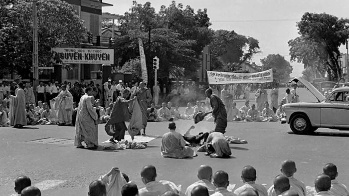 Монахи уносят тело сгоревшего Куанг Дыка. | Фото: thevintagenews.com.
