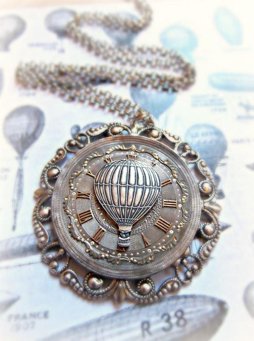 Кулон с циферблатом от карманных часов.