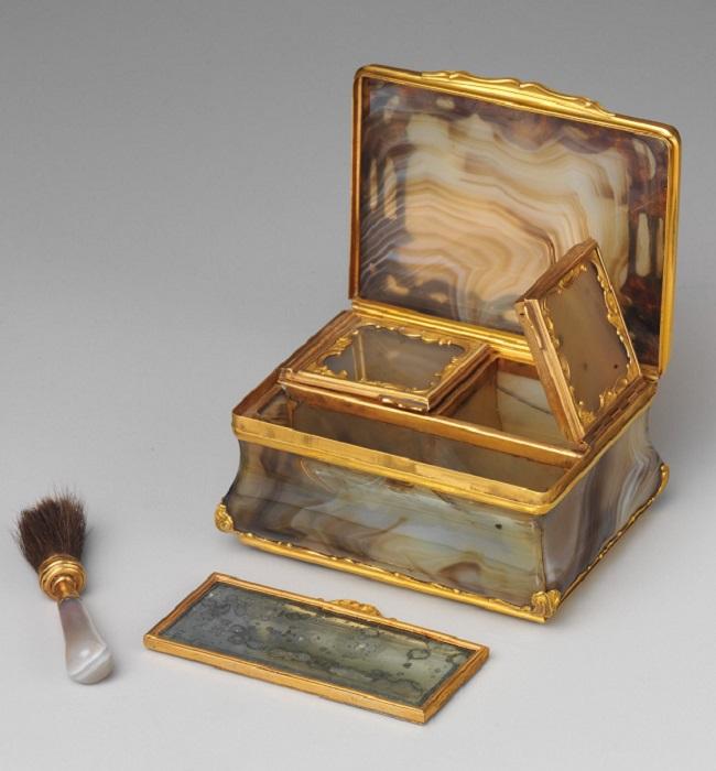 Коробочка для румян. 1750 год. | Фото: fiveminutehistory.com.
