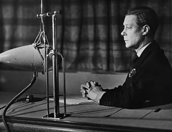 Король Эдуард VIII выступает по радио, сообщая о своем отречении от престола, 11 декабря 1936 года. | Фото: img-fotki.yandex.ru.