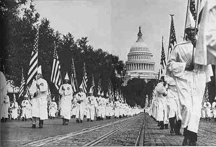 Марш членов ультраправой организации Ку-Клукс-Клан. 1926 год.