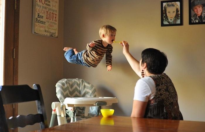 Малыш с синдромом Дауна в полете.