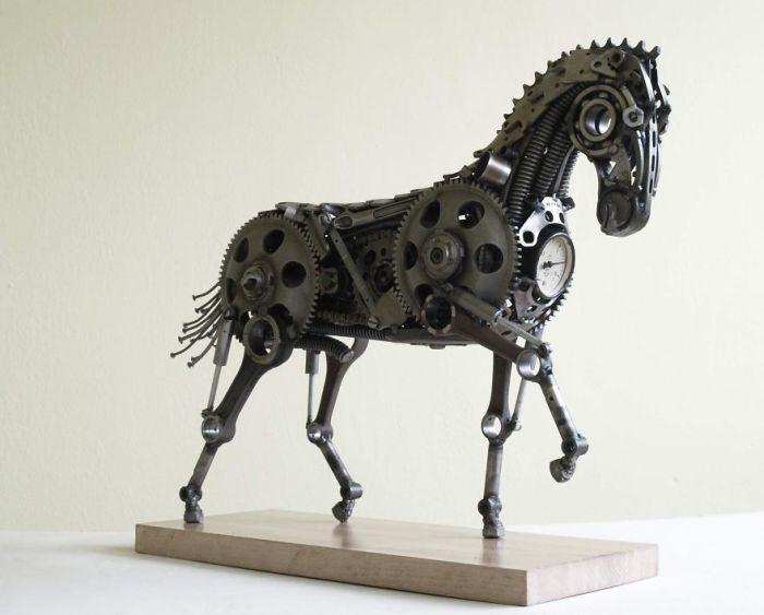 Лошадь, собранная из металлолома.