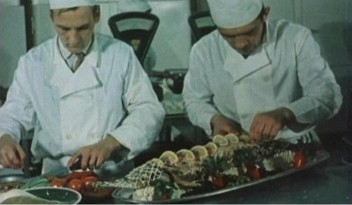 Повара готовят фаршированную щуку. | Фото: staryiy.livejournal.com.