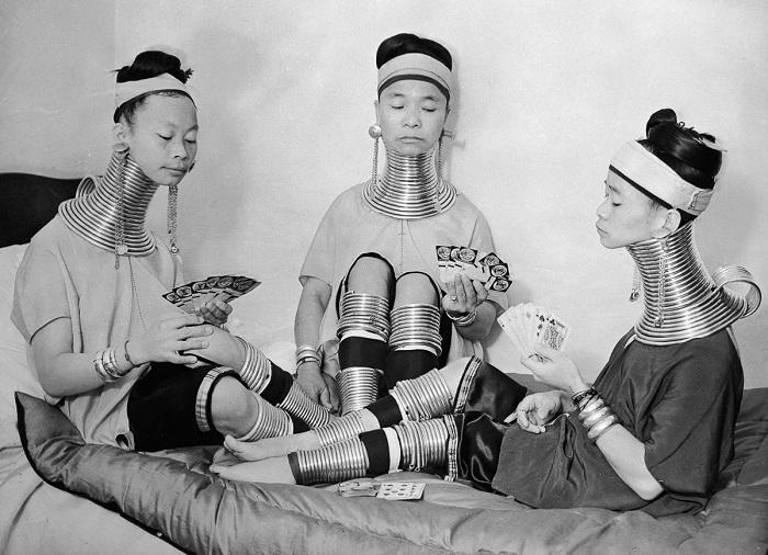 Женщины-«жирафы» играют в карты.