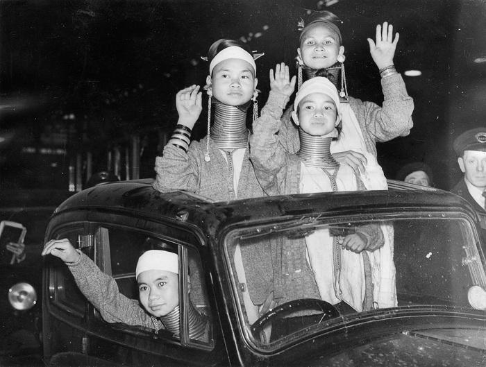 Женщины с длинными шеями зазывают зрителей на цирковое представление. Лондон, 1935 год.