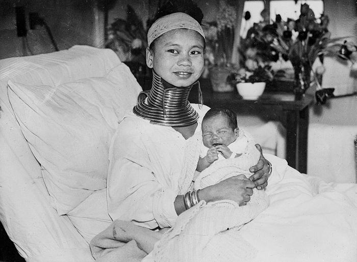 Женщина с необычайно длинной шеей и ее новорожденный ребенок