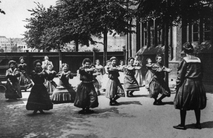 Занятия физкультурой на заднем дворе женской школы. | Фото: 4th.com.ua.