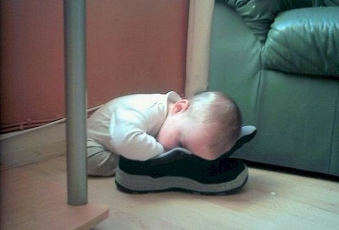 Малыш уснул прямо на кроссовке.