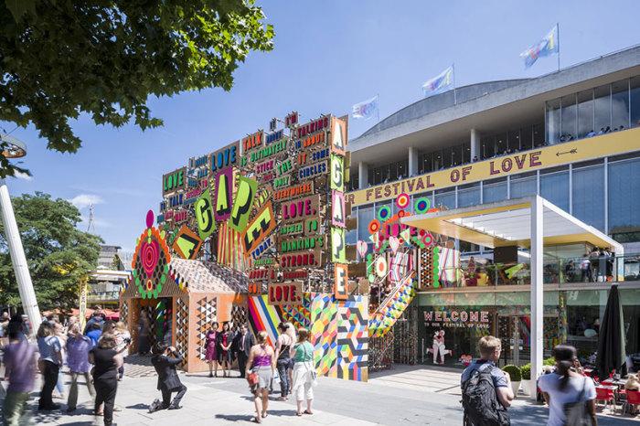 Яркая инсталляция от дизайнеров Morag Myerscough и Luke Morgan.