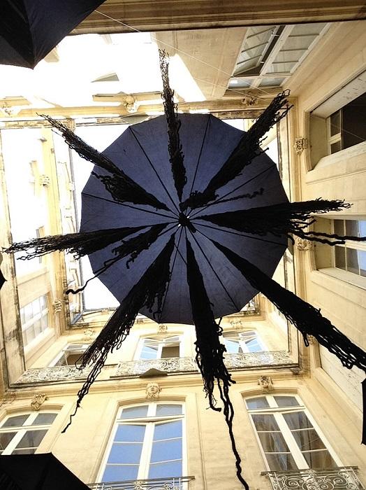 Инсталляция из черных зонтиков под названием «Медузы».