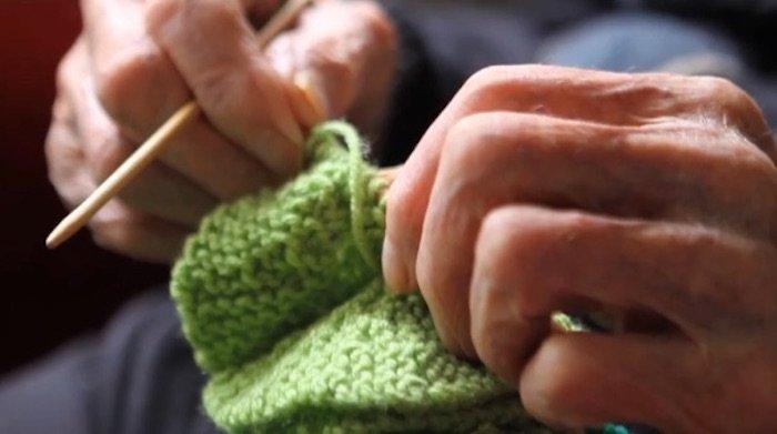 109-летний старик вяжет свитера для пингвинов.