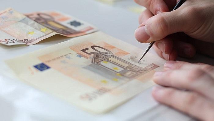 Процесс имитации 50-евровых купюр.