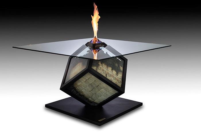 Дизайнерский стол с горящими купюрами.