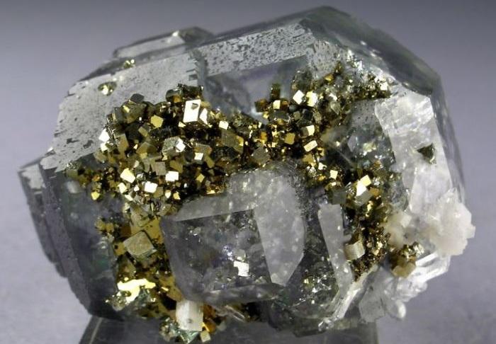 Несколько минералов в одном.
