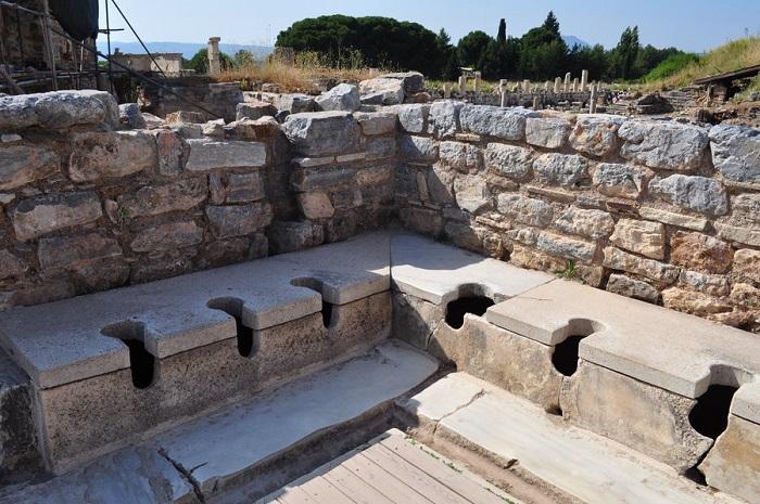 Общественные туалеты Древнего Рима. | Фото: img04.deviantart.net.