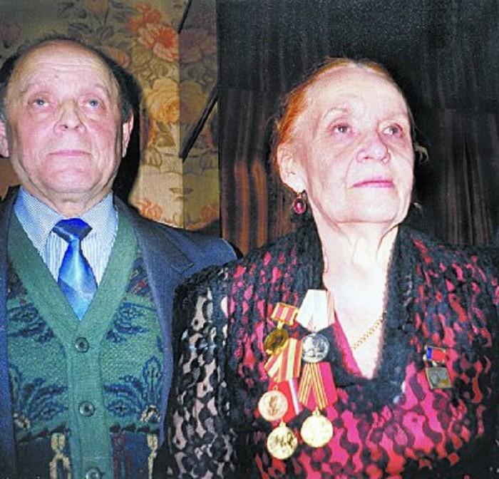 Судья Апарина с наградами за долголетний труд. | Фото: cdn.fishki.net.