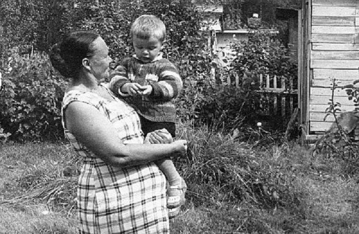 Зинаида Апарина с внуком. | Фото: mtdata.ru.