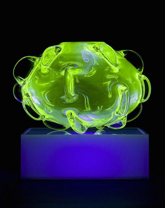 Абстрактная фигура из цветного стекла.