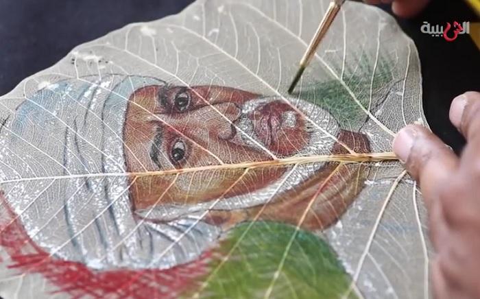 Сандеш С. Рангнекар рисует на листьях. | Фото: youtube.com.