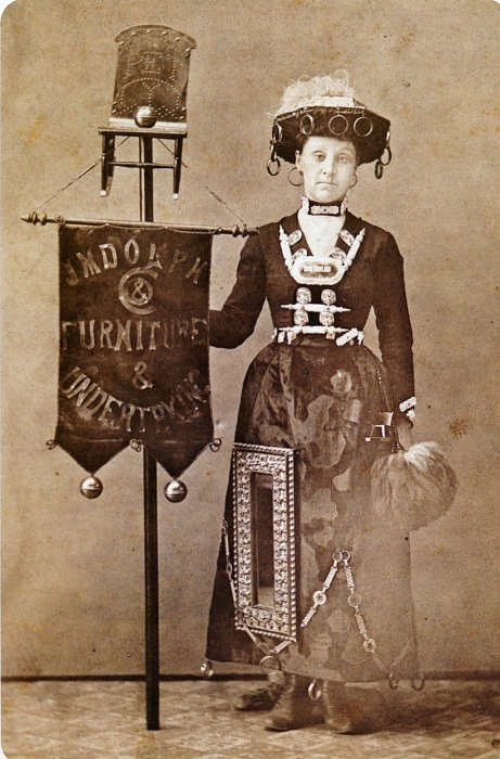 Женщина в рекламной платье. | Фото: messynessychic.com.