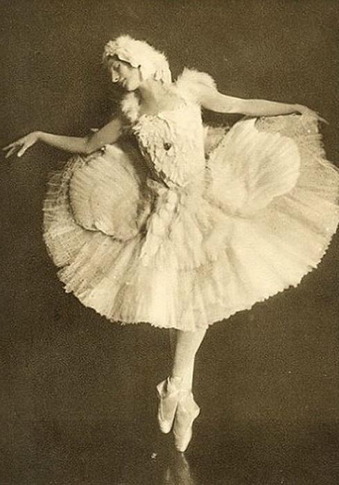 Балерина Анна Павлова в костюме лебедя с лебедиными перьями. | Фото: uduba.com.