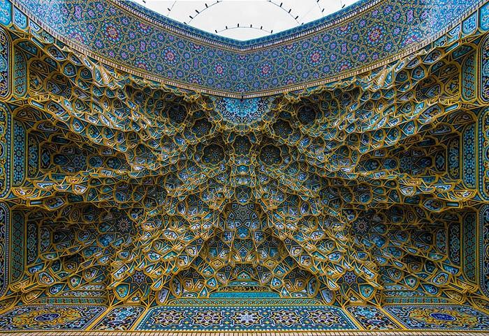 Оригинальный потолок в иранской мечети.