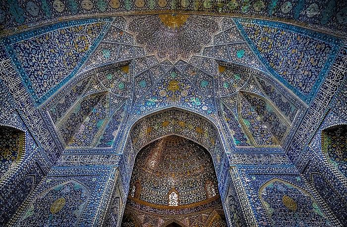 Узорчатый потолок мечети.