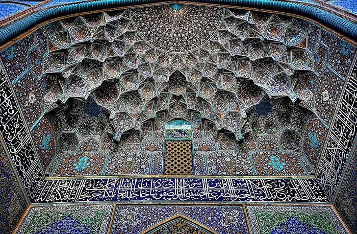 Потолок с оригинальными орнаментами.