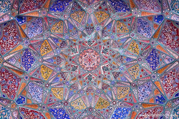 Мозаичный потолок в мечети.