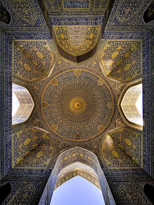 Потрясающая геометрия потолка в мечети.