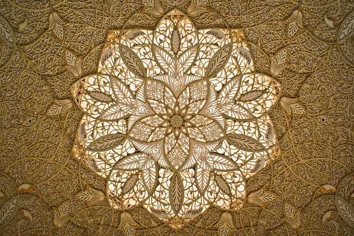 Филигранные узоры на потолке мечети в ОАЭ.
